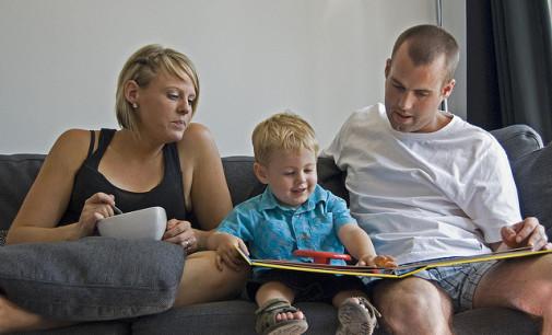 Moeders voeden 'optimaler' op dan vaders