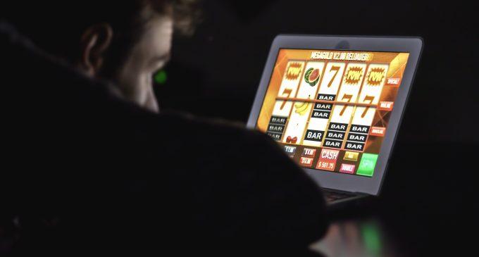 Problematisch gamen voorspelt gokproblemen